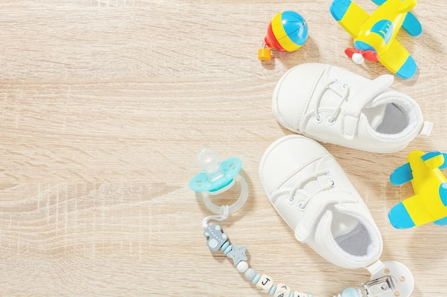 Babyaccessoires voor de gezondheidszorg, spelen en voeden op tafel. plat leggen. baby of kinderen concept. Gratis Foto