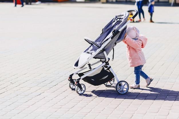 Babygang met vervoer op straat Premium Foto