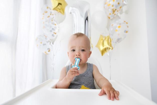 Babyjongen die eerste verjaardag viert Premium Foto