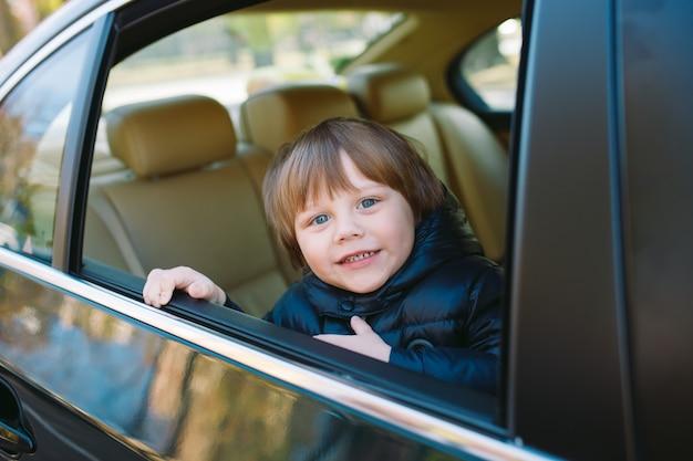 Babyjongen in de auto. Premium Foto