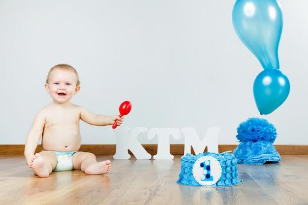 Babyjongen vieren haar eerste verjaardag met gourmet cake en ba