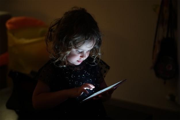 Babymeisje en mobiele telefoon Premium Foto