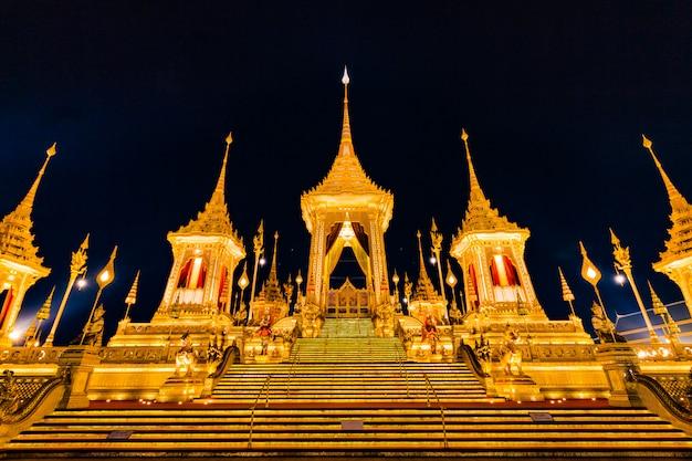 Bad de koninklijke brandstapel van koning bhumibol adulyadej's in sanam luang bangkok, thailand Premium Foto