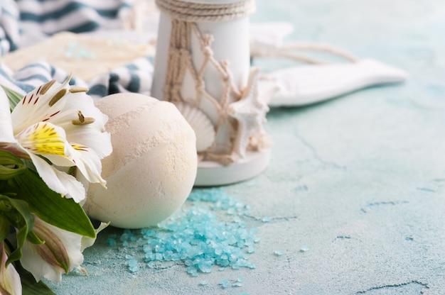 Badbom, zeep en decoratieve vuurtoren Premium Foto