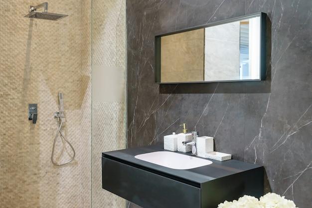 Badkamer interieur met witte muren, een douchecabine met glazen wand, een toilet en kraan gootsteen Premium Foto