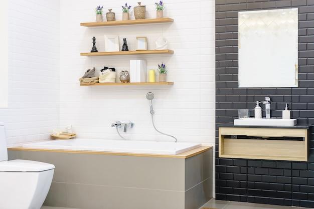 Badkamerinterieur met minimalistische douche en verlichting wit