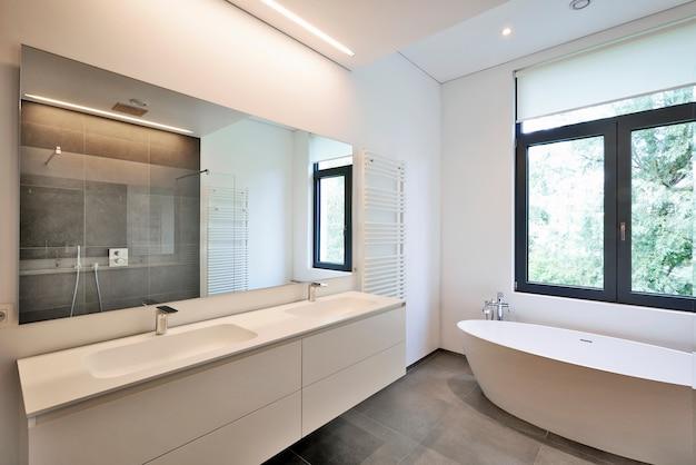 Badkuip in corian en kraan Premium Foto