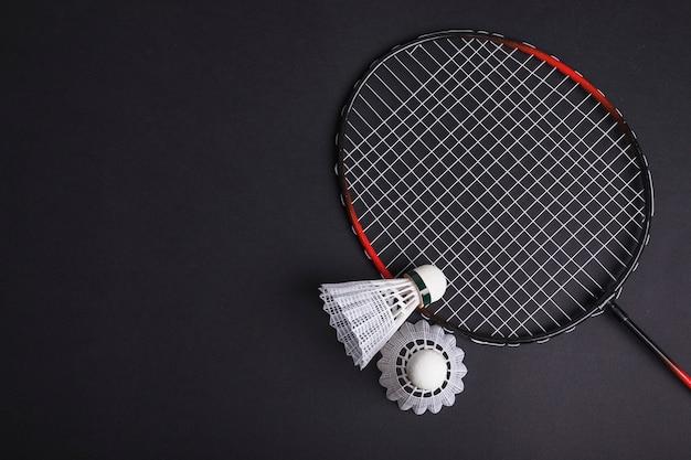 Badminton en shuttle op zwarte achtergrond Gratis Foto