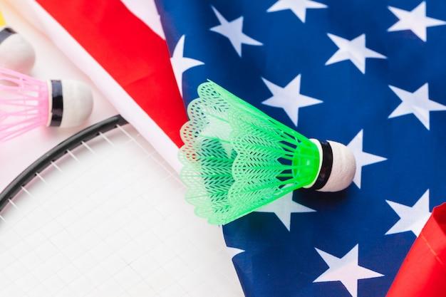 Badmintonracket en shuttles op de nationale vlag van de vs Premium Foto