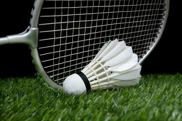 Badmintonshuttle op gras met racket Premium Foto