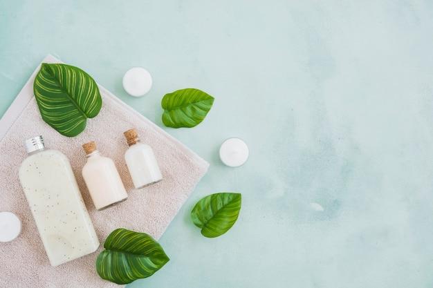 Badproducten op handdoek met blauwe marmeren achtergrond Gratis Foto