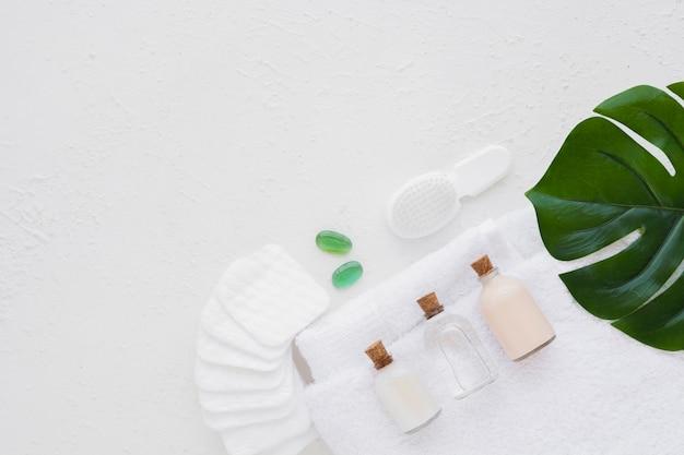 Badproducten op handdoek met wattenschijfjesblad en exemplaarruimte Gratis Foto