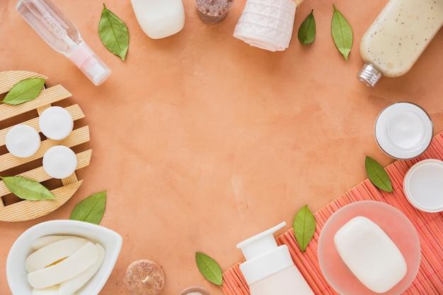 Badproductenkader op oranje achtergrond Gratis Foto