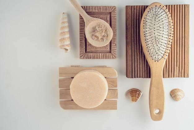 Badset met zout, handgemaakte droge shampoo en plasborstel. Premium Foto