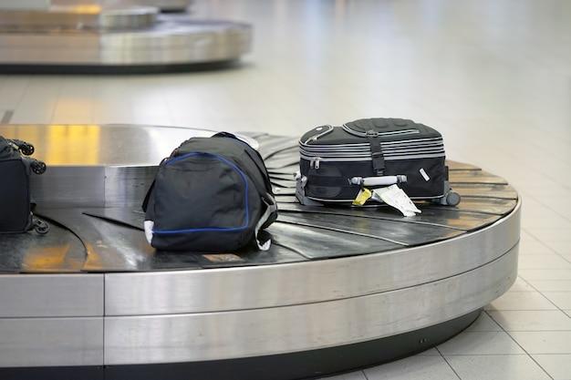 Bagage op transportband op de luchthaven. bagageruimte op de luchthaven, abstracte bagagelijn met veel koffers. Premium Foto