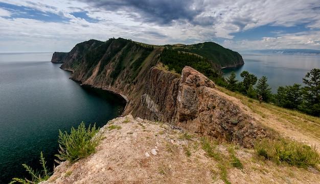Baikalmeer, olkhon eiland, cape khoboy, zomer, toerisme, reizen, landschap, dag, panorama Premium Foto
