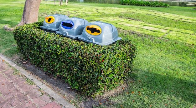 Bak in de tuin bij suan luang rama ix openbaar park, bangkok, thailand Premium Foto