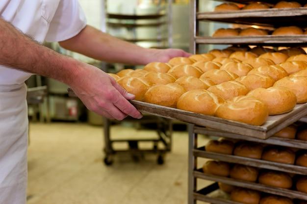 Baker in zijn bakkerij Premium Foto