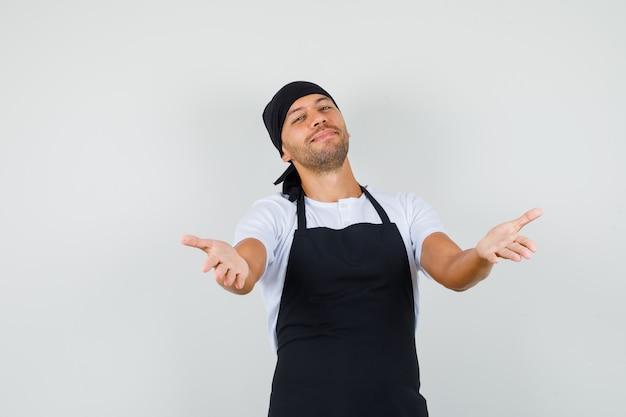 Baker man armen openen voor knuffel in t-shirt Gratis Foto
