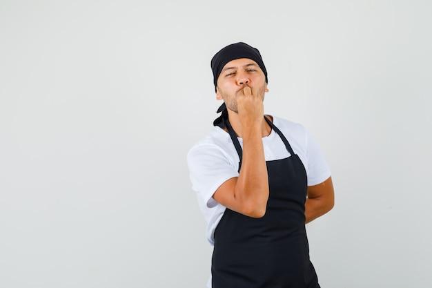 Baker man heerlijke gebaar maken in t-shirt Gratis Foto
