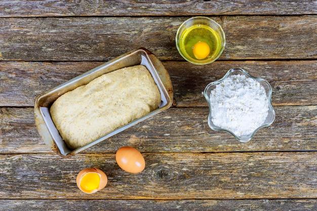 Bakken ingrediënten - bloem, boter, eieren, suiker. gebakken voedsel op basis van meel: brood, koekjes, cakes, gebak en taarten. Premium Foto