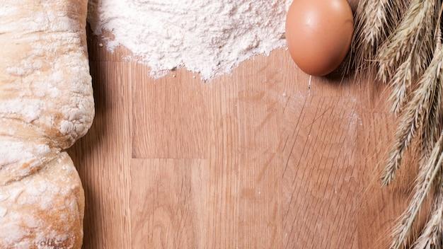 Bakken ingrediënten op houten tafel Gratis Foto
