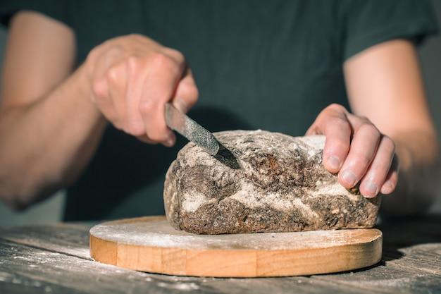 Bakker met vers brood in handen Gratis Foto