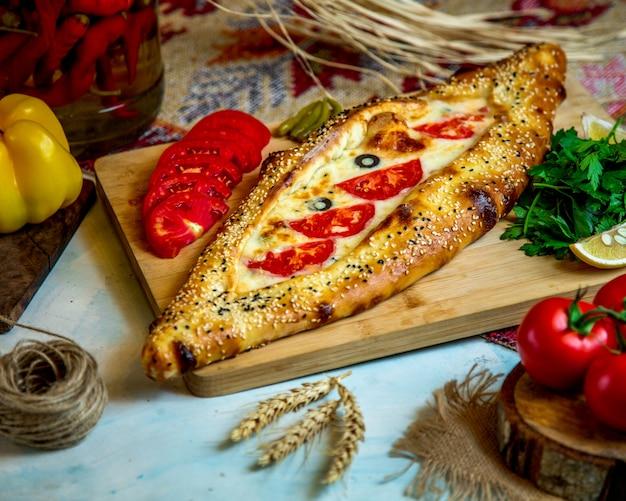 Bakkerij gevuld met kaas en tomaat Gratis Foto