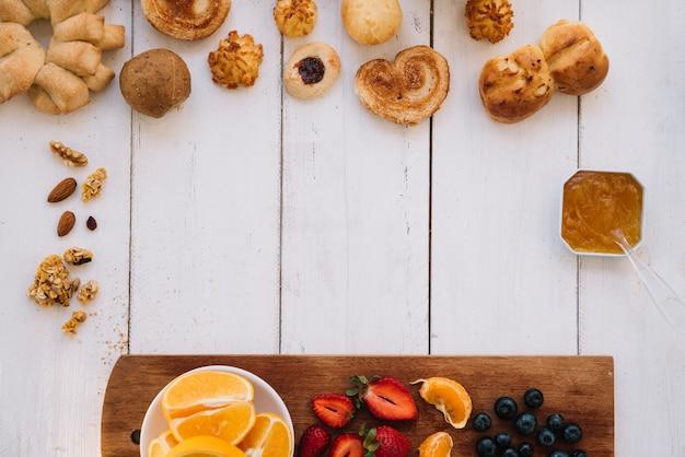 Bakkerij met verschillende vruchten op tafel Gratis Foto