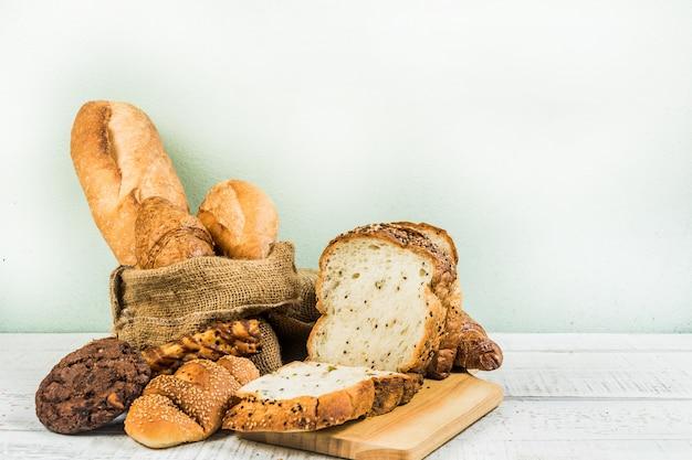 Bakkerij op houten witte achtergrond Premium Foto