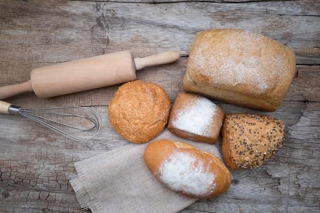 Bakkerijbrood op een houten tafel. Gratis Foto