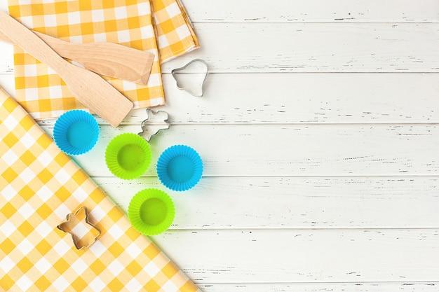 Bakkerijhulpmiddelen. bovenaanzicht van keukengerei. koken spullen flatlay met kopie ruimte. Premium Foto