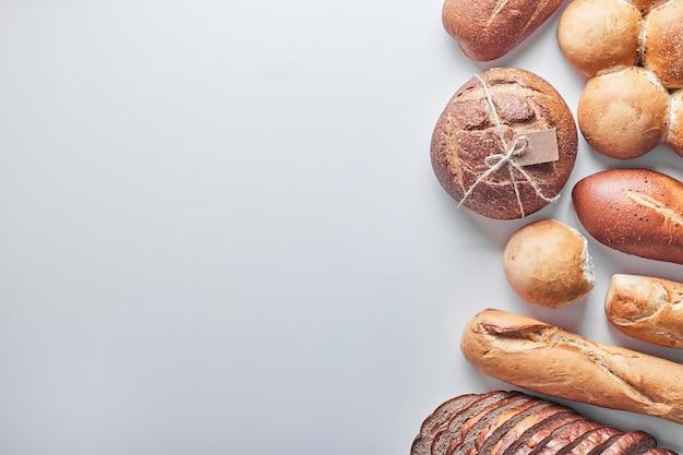 Bakkerijproducten op witte lijst. Gratis Foto