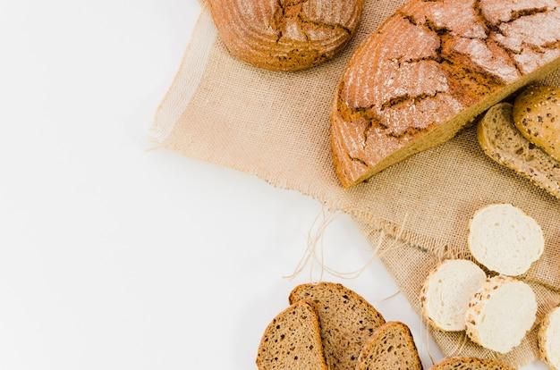 Bakkerijstilleven met met de hand gemaakt brood Gratis Foto