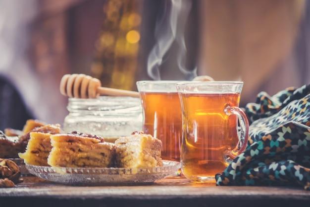 Baklava honing en thee. selectieve aandacht. voedsel. Premium Foto