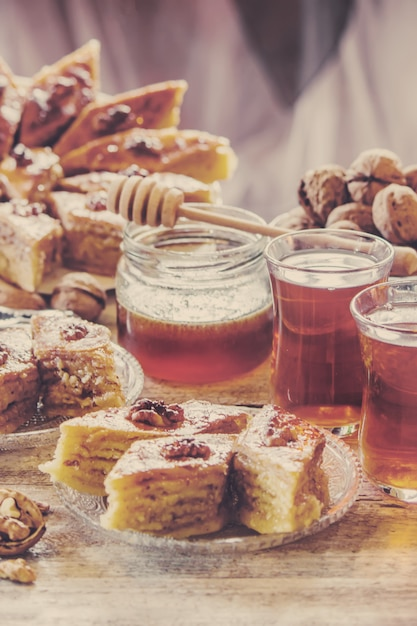 Baklava honing en thee Premium Foto