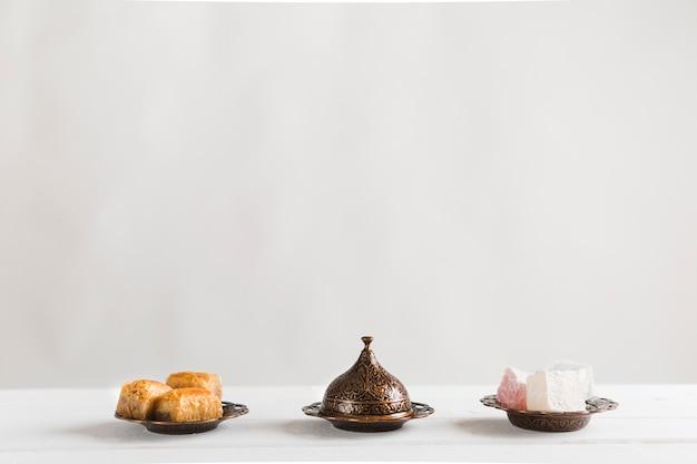 Baklava lokum en schotel met deksel Gratis Foto