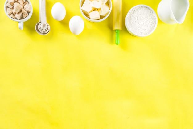 Bakselingrediënten op gele achtergrond Premium Foto