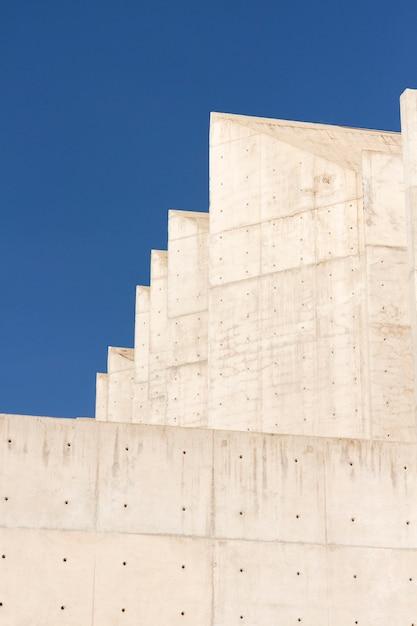Bakstenen gebouw en blauwe hemel Gratis Foto