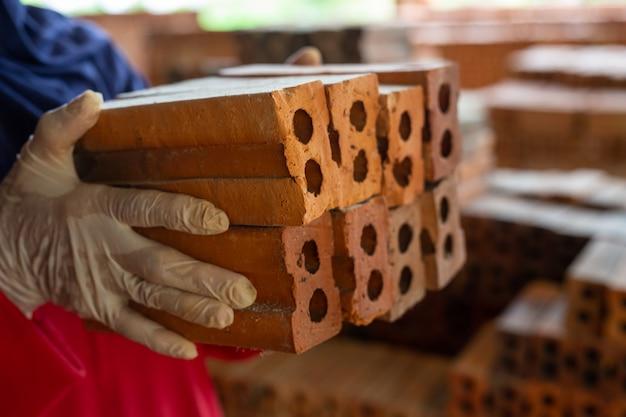 Bakstenen stapels geplaatst op de fabrieksvloer. Gratis Foto