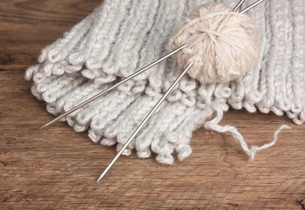 Bal van wol en breinaalden op een houten achtergrond Premium Foto