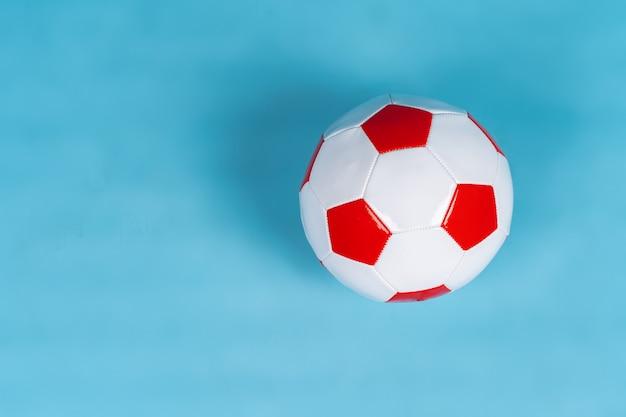 Bal voor voetbalspel op een papieren ondergrond Premium Foto