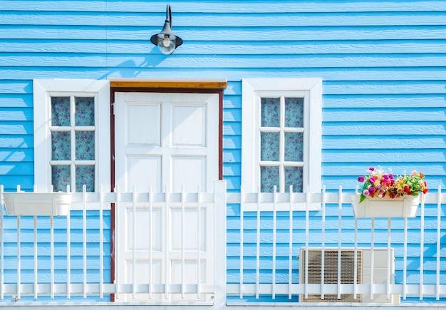 Balkon op blauwe houten muur Premium Foto