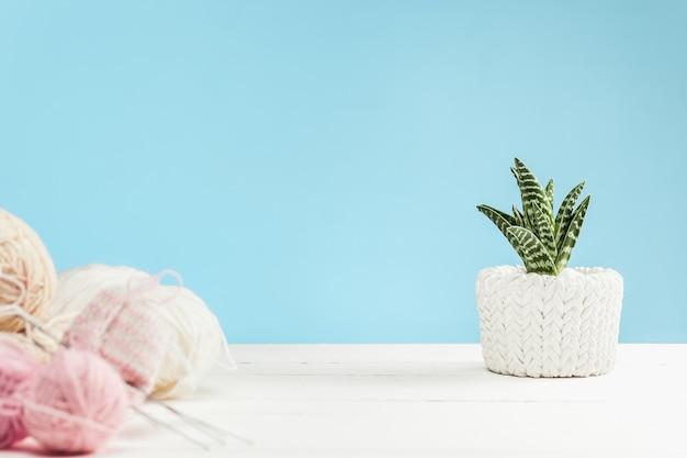 Ballen van wol op witte houten achtergrond Gratis Foto