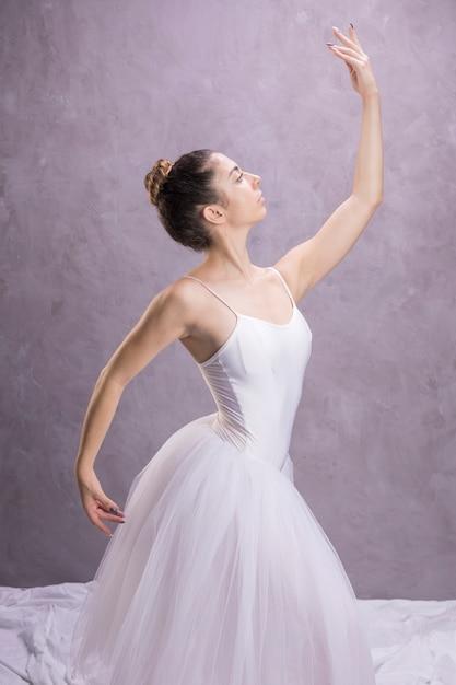 Ballerina die van het zijaanzicht zeker is Gratis Foto