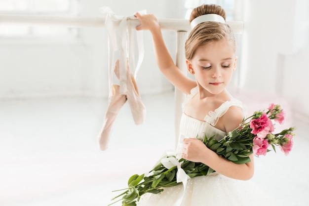 Ballerina meisje in een tutu. schattig kind klassiek ballet dansen Gratis Foto