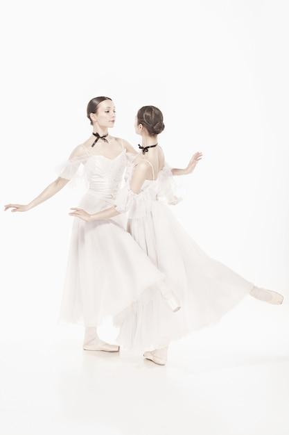 Ballerina's poseren in romantische stijl jurk Gratis Foto