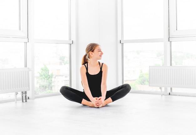 Ballerina zitten in de hal Premium Foto