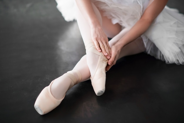 Balletdanser benen in pointe schoenen close-up Premium Foto