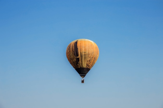 Ballon op blauwe hemel. Premium Foto